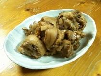 沖縄家庭料理 足てびち。見慣れないと少し不気味です 凄い量の骨が残ります