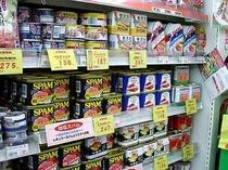 ポーク缶(豚肉にミンチを固めた感じ)の消費量は 沖縄県がダントツ! お土産にはちょっと重いですよ
