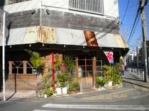 沖縄では非常に有名なぜんざいの富士屋さん。昭和にタイムスリップしたかの様な懐古的な雰囲気です