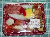 ウチナー弁当 沖縄の弁当はご飯の上に おかずをテンコ盛りにしている。非常にボリューム満点