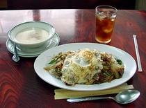 チャンポン 長崎のとはまったく関係無く これもご飯の上におかずを乗せた 家庭料理の延長