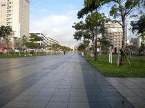 ホテル前の遊歩道はお散歩でもジョギングコースでもあります