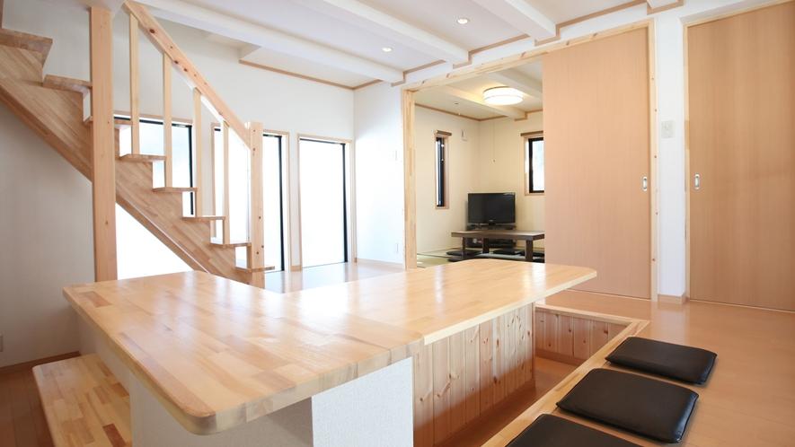 *【客室一例】和モダン棟の堀ごたつ式ダイニングテーブル
