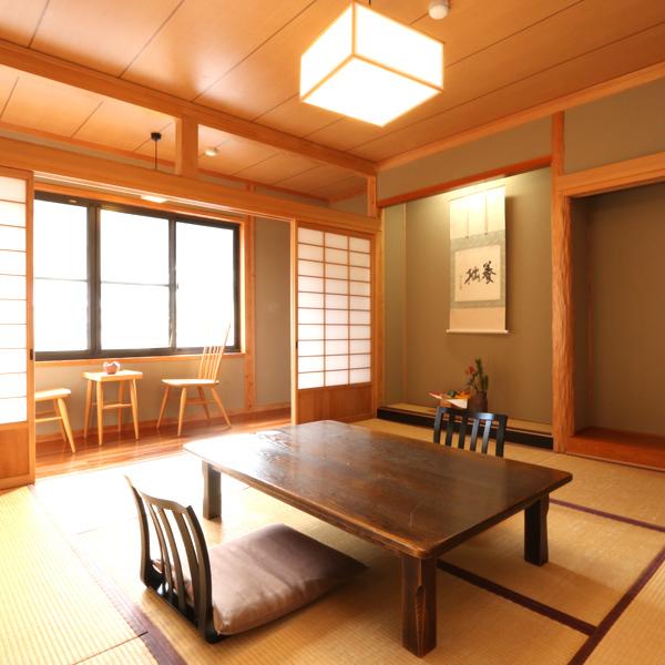 【和室8畳+広縁】芹川に面した8帖和室。川を望める広縁が備わっており、眺望をお楽しみ下さい。