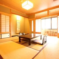 【和室10畳+広縁】上品な風格がありながら寛げる雰囲気の和室。「ガニ湯」も目の前。