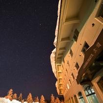 【外観(冬・星空)】息をのむほど美しい星空は、まるで天然のプラネタリウム。