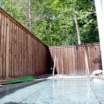 【露天風呂】自然の息吹を感じながら浸かる湯は格別です。