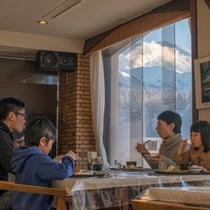 【朝食】解放感あふれるお食事会場。絶景を眺めながらのお食事は格別!