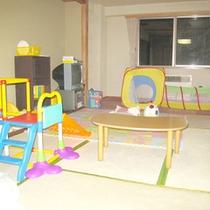【ファミリールーム】キッズ用のテーブルや遊具など様々なアイテムがずらり。