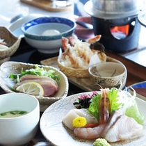 【夕食(全体例)】北海道の旬の食材を活かした料理の数々。