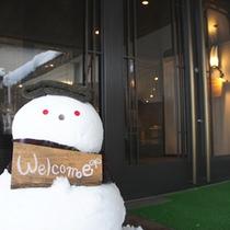 【玄関】冬限定スタッフ!?かわいいスノーマンがお出迎え。