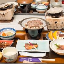【夕食一例】地元の食材などを使用した和食膳。