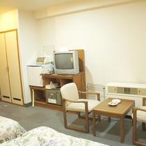 【洋室ツイン(バストイレ付)】寛ぎスペースもしっかり完備!快適な滞在をお手伝い致します。