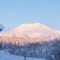【旭岳(冬)】すっかり冬の装いになった旭岳。雄大な雪景色は感動ものです。