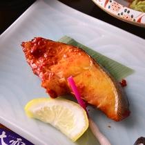【夕食一例】美味しく焼き上げた、ほくほくの焼き魚。その香ばしい風味もお楽しみください。