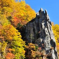 【紅葉(秋)】渓谷に訪れる秋!絶壁を彩る美しい紅葉の風景です。