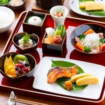 名物のとろける温泉湯豆腐や地魚などの佐賀の食材を使った『おいしくやさしい和の朝ごはん』(一例)