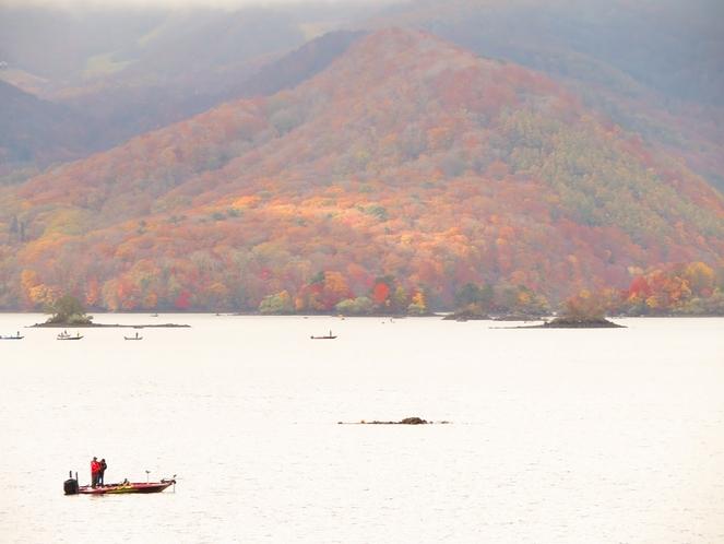 秋の小野川湖