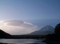 精進湖の雲の富士