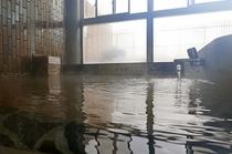 磯部温泉「恵みの湯」 大きな窓を配した明るい大浴場は落ち着いた雰囲気が漂います。