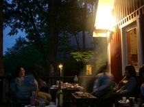 仲間で楽しい♪お食事のBBQ風景