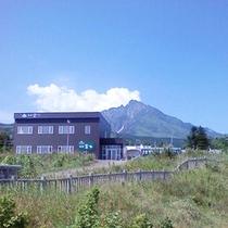 *外観/背景には万年雪を残す秀峰「利尻富士」の絶景が!