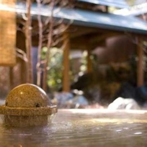 「松ぼっくりの湯」 檜八角露天アップ