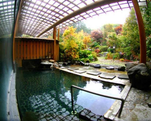 山郷の四季が楽しめる庭園露天風呂