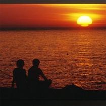 *夕日と座るカップル