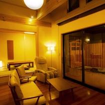 【笹の音・リビング】庭園を眺められ、天井が高く広々としたリビング(マッサージチェア付)6帖の和室