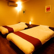 【風の音・ベッドルーム】リビングから繋がる落ち着いた雰囲気のツインルーム