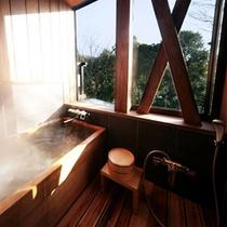 檜風呂。暮れゆく農村の風景を見ながらお風呂に浸かる…。
