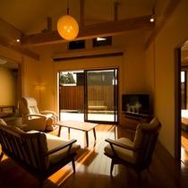 【笹の音・客室】庭園を眺められ、天井が高く広々としたリビング(マッサージチェア付)6帖の和室