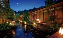 本館中庭「緑水園」の夜。