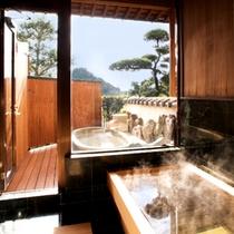 離れ翆玉のお風呂。手前に檜内風呂、奥に信楽焼温泉露天風呂がついております。