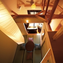 【川の音・天井の梁】開放感のある吹き抜けの天井は、太い梁で支えられ異空間を演出