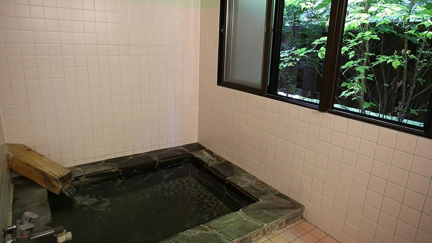 畳敷きで足元も暖かい岩風呂も貸切で