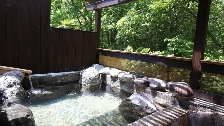 軽井沢の緑に囲まれた貸切露天風呂