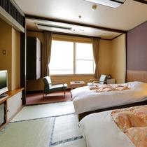【和風ツインルーム】畳のお部屋にベッドを設置。トイレ&シャワーブース付き