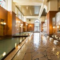 【チニタの湯】内風呂のみの大浴場ですが、浴槽は3つあり、ステンドグラスが綺麗な大浴場です