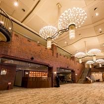 【ロビー】大きなシャンデリアが飾られた広々とした空間です♪