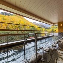 西館7階展望大浴場【大雪乃湯】(男性露天風呂)黒岳を眺めながらゆっくりと湯浴みを楽しめます