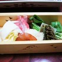 *【季節の鍋もの】魚介と野菜の旨みが詰まっています。