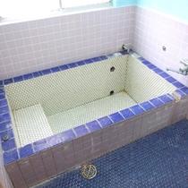 *【温泉①】風呂は2タイプあり、こちらは、小さめのお風呂になります。