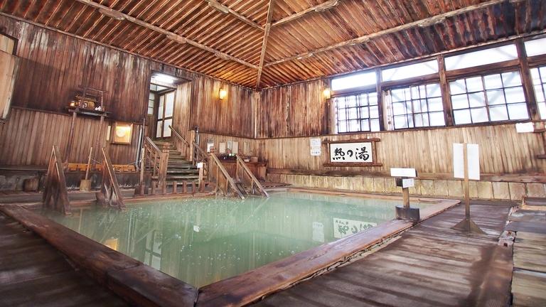 *【ヒバ千人風呂 大浴場】天井まで約4メートルもある大空間