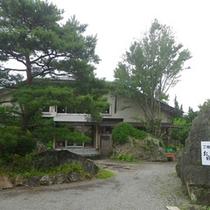 *【外観①】鬼怒川温泉街の一角に佇む、豊かな自然に囲まれた宿です。