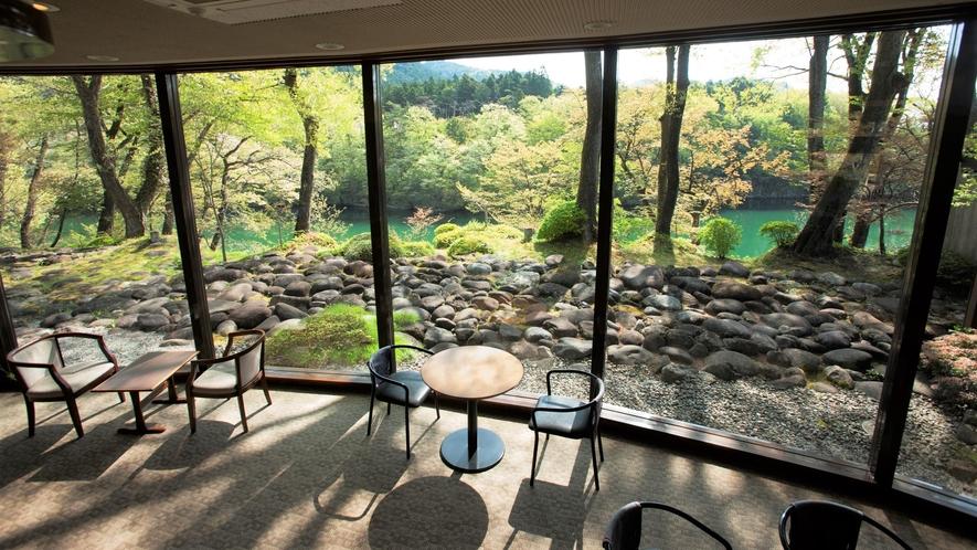 【ラウンジ】館内いたる所から美しい鬼怒川のご眺望がお楽しみいただけます☆