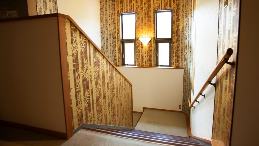 二階客室へは階段をご利用ください