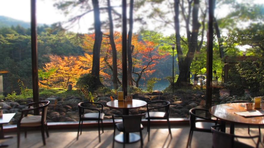 【秋のラウンジ】。紅葉の大瀞をお楽しみいただけます。