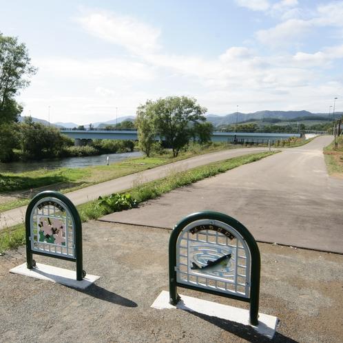 2021 遊歩道と歩み橋を眺めて